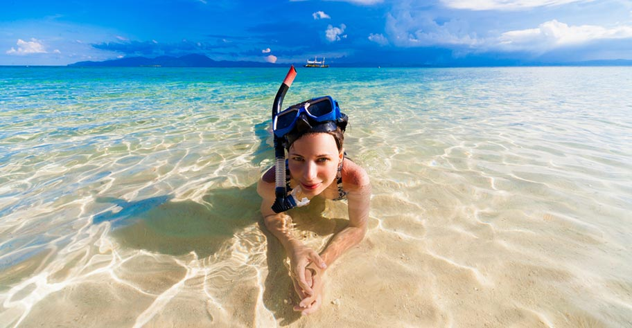Frau Seychellen Reisen Schnorcheln Strand Maske
