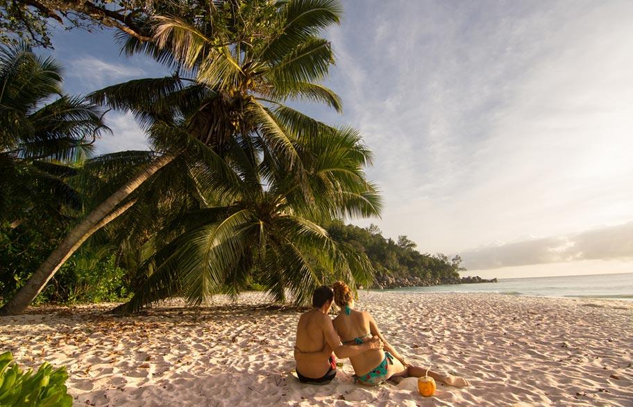 Seychellen Flitterwochen Paar Kokosnuss Strand